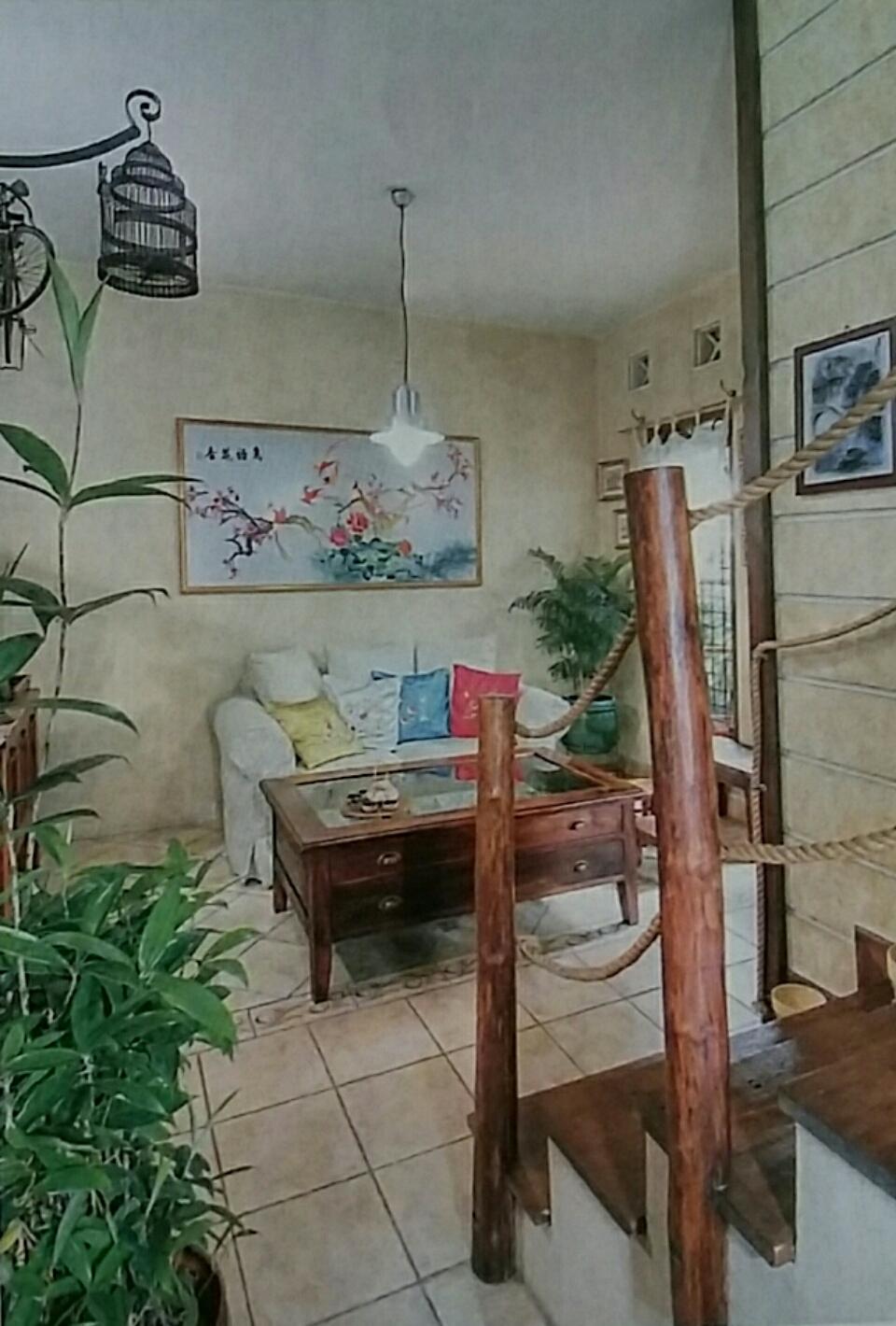 tangga rumah dihias kayu dolken dan tambang